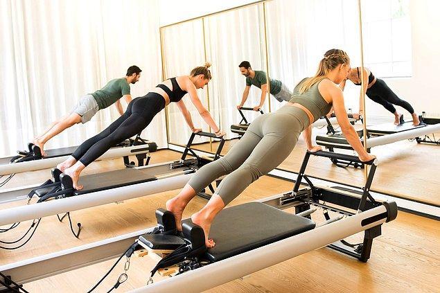 Spor branşları ile ilgilenen ya da ilgilenmeyen birçok kişi pilatesin nasıl bir egzersiz metodu olduğunu biliyor. Pekii, reformer pilates hakkında ne kadar bilgiye sahibiz ve diğer sporlardan reformer pilatesi farklı kılan özellikler neler?