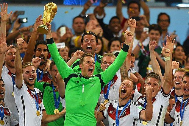 Henüz çok küçükken maçlarda gol yediğinde ağlayan Neuer'in için Shalke antrenörleri yanında oyuncak ayı getirmelerine izin vermişler.