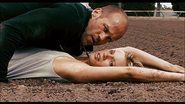 13. Jason Statham halka açık bir alanda kalçalarını sergilemek zorunda kalmış.