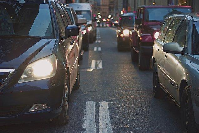 """14. """"Trafikteki arabaların sizin arabanızın dibine dibine girmesi. Bu durum o kadar sık yaşanıyor ki birinden kaçarken siz başkasına yapmış oluyorsunuz."""""""