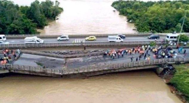 Fotoğraf Ağustos 2018'de Ordu'nun Ünye ilçesinde yaşanan selden sonra Anadolu Ajansı'ndan İlyas Gün tarafından çekilmiş. Devlet Su İşleri'nin açıklamasına göre köprünün yıkılma sebebi saniyede 763 metreküplük debiye dayanamaması.