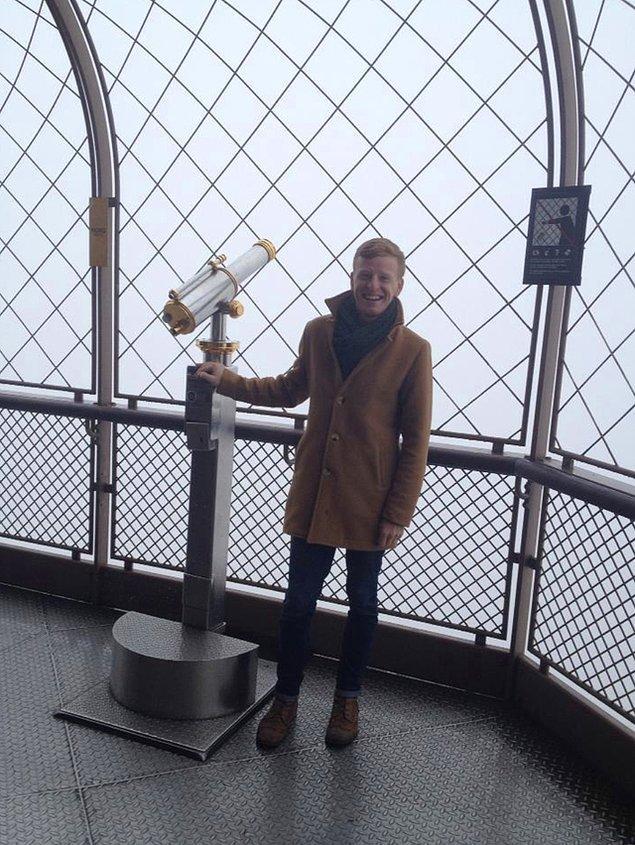 """3. """"Eiffel Kulesi'ne çıkıp manzarayı görmeye gittim, sise bakın."""""""