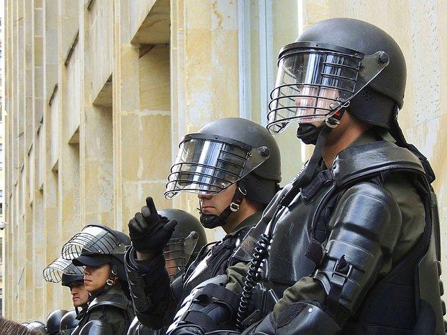 Özel ağır silahlar ve kıyafetlere sahip olan SWAT ekipleri terör olaylarının yanı sıra ihbarlarla da çalışıyorlar.