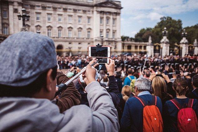 Tören alanındasın ve muhteşem bir kalabalık var. Kalabalıkta biri dikkatini çekti.