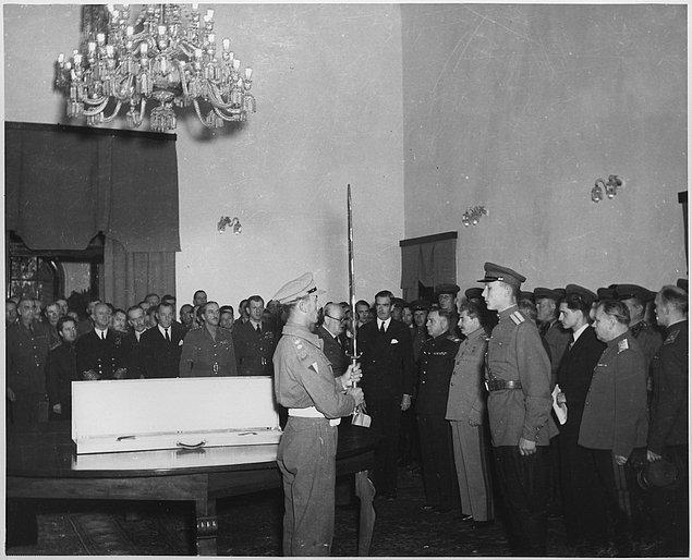 6. Birleşik Krallık'ın o zamanki kralı VI.George , Joseph Stalin'e armağan edilmek üzere bir kılıç tasarlattı.