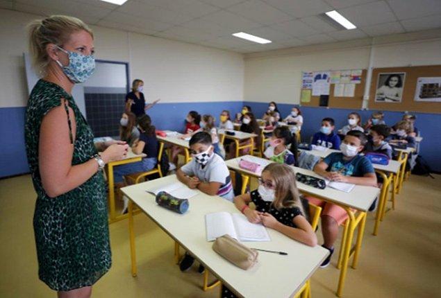 İngiltere'de ilkokullar 1 Haziran'da bazı yaş gruplarından başlanarak yeniden açıldı.