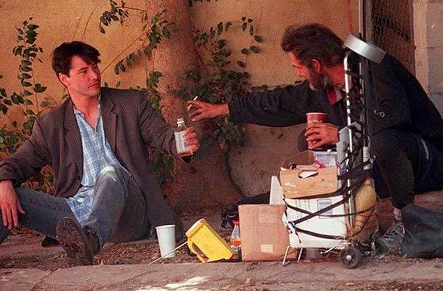 13. Evsiz bir adamın yanına oturup hikayesini dinlemişti...