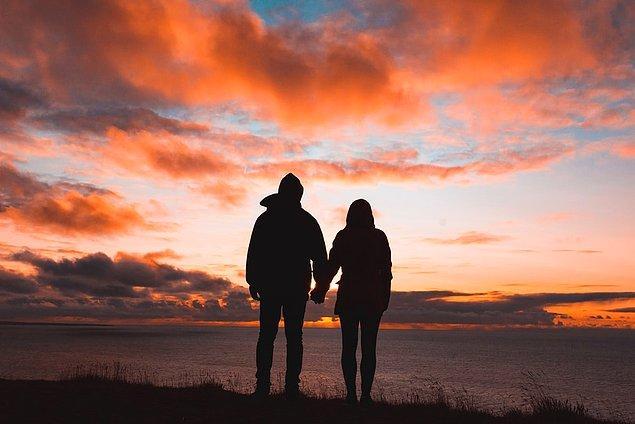 Bana aşık olduğuna kendini inandıran insanlara teslim oldum önce, çünkü olmak istiyordum. Bu flört işlerinden o kadar uzak kalmıştım ki, kaybettiğim ilişkinin dinamikleriyle yaklaştım herkese.