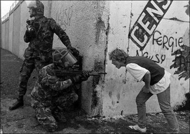 8. İrlandalı genç Britanyalı askere protesto sırasında bağırıyor.