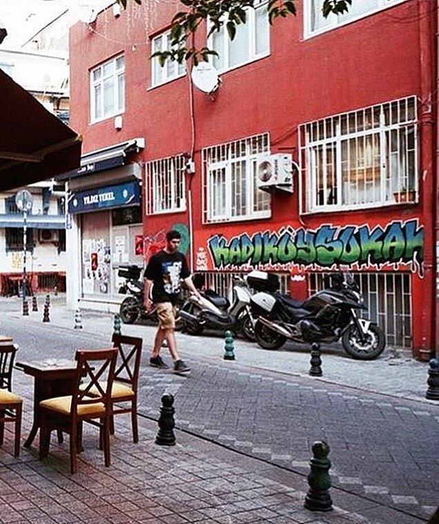 Kadıköy Belediyesi, İstanbul'un en renkli belediyelerinden bir tanesi. Sanatçıların yaptığı graffiti ve mural eserleri, ilçenin duvarlarını süslüyor.