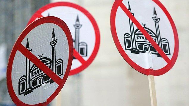 Derginin örneğin Twitter sayfasındaki paylaşımlarında, İslamofobik unsurlar net fark ediliyor.