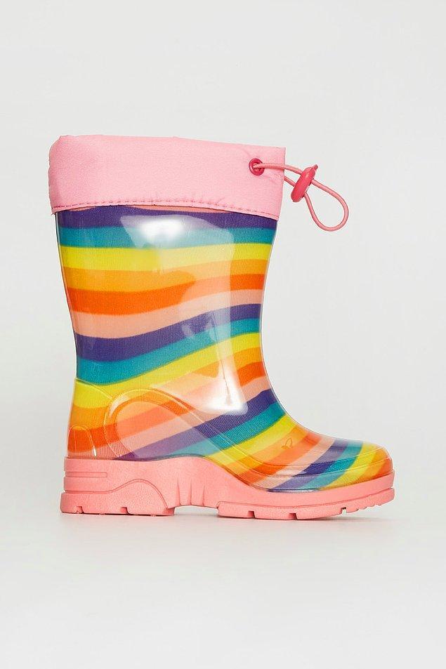 2. Yağmurda çamurda gönlünce oynamak isteyen çocuklar için bir yağmur botu şart. Markalı botların fiyatları 250 TL civarındayken, bu sevimli bot LC Waikiki mağazasında sadece 49 TL!