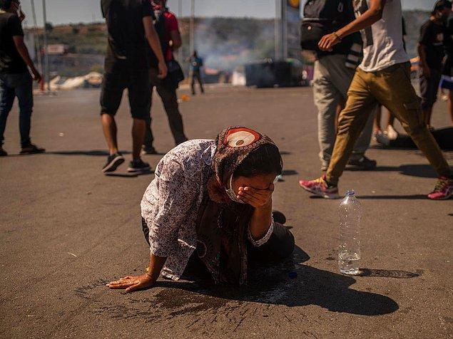 Polis mültecilere göz yaşartıcı gazla müdahale etti.