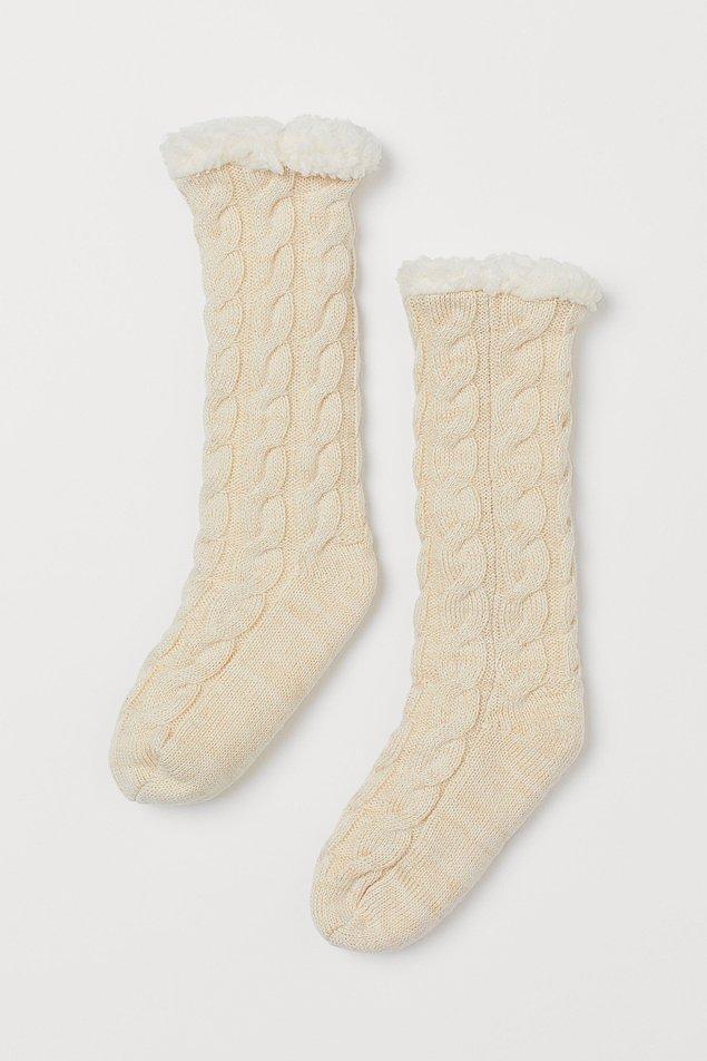8. Yumuş yumuş! Tüylü astarlı kalın çoraplar H&M'den.