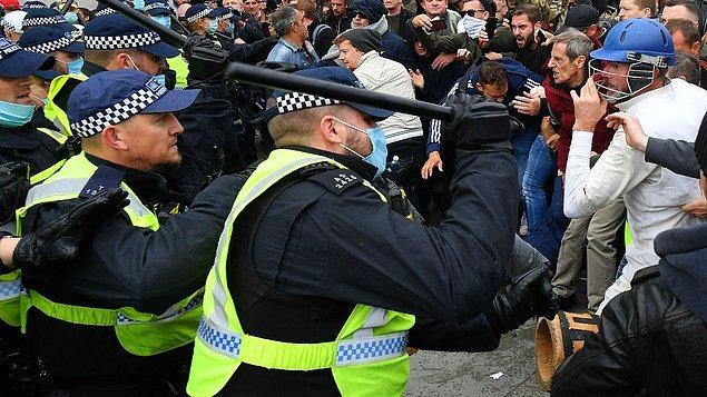 Protestocular, güvenlik güçlerine cam şişe atarken, polis de cop kullandı.
