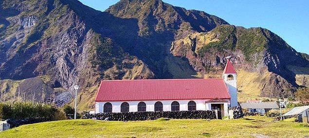 Eğer bir gün Tristan da Cunha'ya gitmeye karar verirseniz, mutlaka yanınızda bir çadır götürmeniz gerekiyor. Aksi halde bu adada konaklama yapılabilecek herhangi bir pansiyon bulunmuyor.