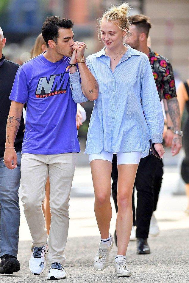 2. Gönüllerimizin Stark'ı Sophie Turner 175 cm boyunda ve eşi Joe Jonas'tan 5 cm uzun.