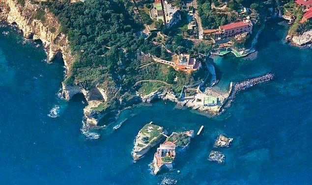 Masmavi denizin ortasında adeta cennet gibi duran Gaiola Adası, yaşanan bu olayların ardından kimse tarafından satın alınmadı.