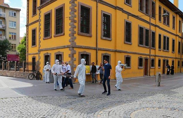 17. Maske takmayanların önüne çıkan çılgın korona ekibi.