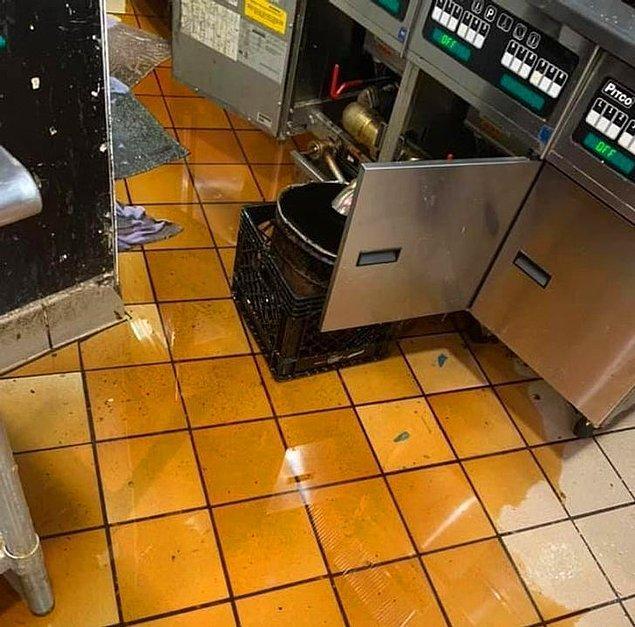 """11. """"İşe yeni giren çalışan, fritözdeki yağı plastik bir kovaya boşaltmaya çalıştı."""""""