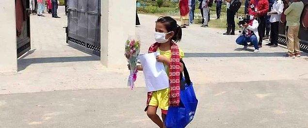"""16. """"Nepal'de yaşayan 7 yaşındaki kız Kovid-19'la savaşan miniklerden."""""""