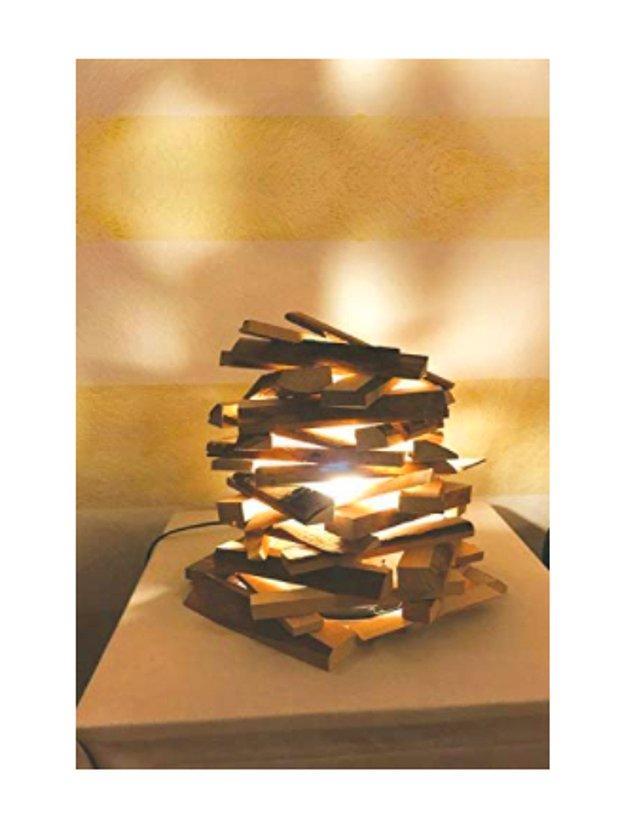 8. Ona romantik anlar yaşatmak ya da geceleri karanlıkta kalmamasını sağlamak isterseniz bu ağaç parçalı abajuru hediye edebilirsiniz.