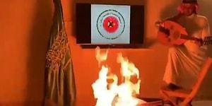 'Türk Mallarına Boykot' Çağrısına Destek Veren Bir Arap, Türk Bayrağına Çarpı Koyup Türk Malı Enstrümanını Ateşe Verdi