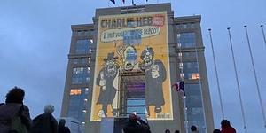 Öldürülen Öğretmenin Anısına: Charlie Hebdo'nun Hz. Muhammed Karikatürleri Projektörle Binaya Yansıtıldı