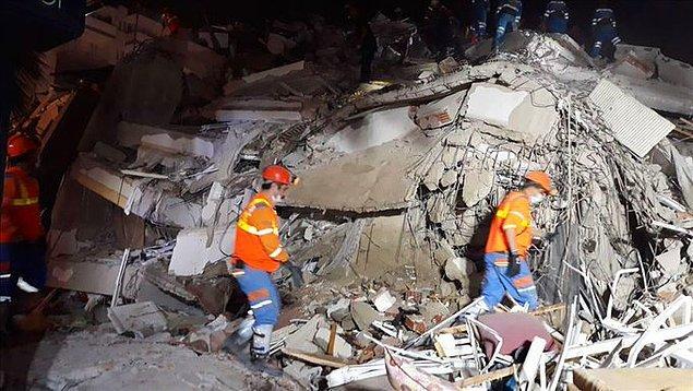 00: 20 AFAD, İzmir'deki depremin ardından arama kurtarma çalışmalarının 4 binada tamamlandığını, 13 binada devam ettiğini bildirdi.