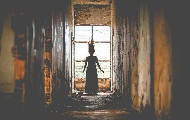 """4. """"Bir kızın kapımın önünde durup kıpırdamadan bana baktığını görüyorum. Bu durum bir sürece boyunca bakmaktan ibaretti ancak..."""