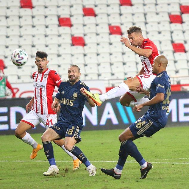 52'de Antalyaspor, Podolski ile eşitliği yakaladı.