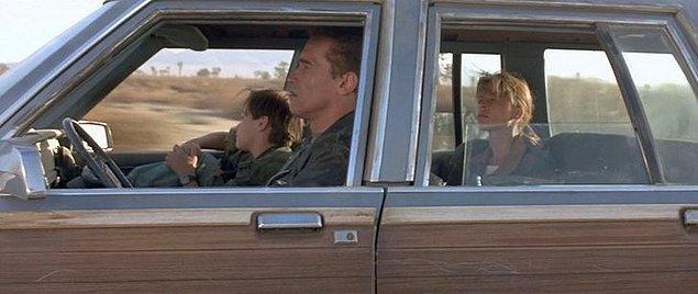 5. 'Terminatör 2: Kıyamet Günü' filmindeki bir sahnede, Arnold Schwarzenegger repliklerini ezberlememiştir ve bir kağıt parçasından okumaktadır.