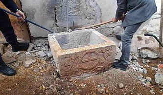 Tarlada Bulduğu 1200 Yıllık Taş Vaftiz Teknesini Satmaya Çalışırken Yakalandı