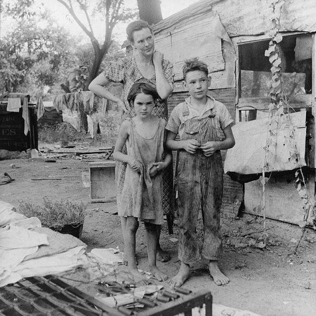 Çuval giysiler yakın tarihte yoksullukla ilişkili olarak sıkça görüldü.