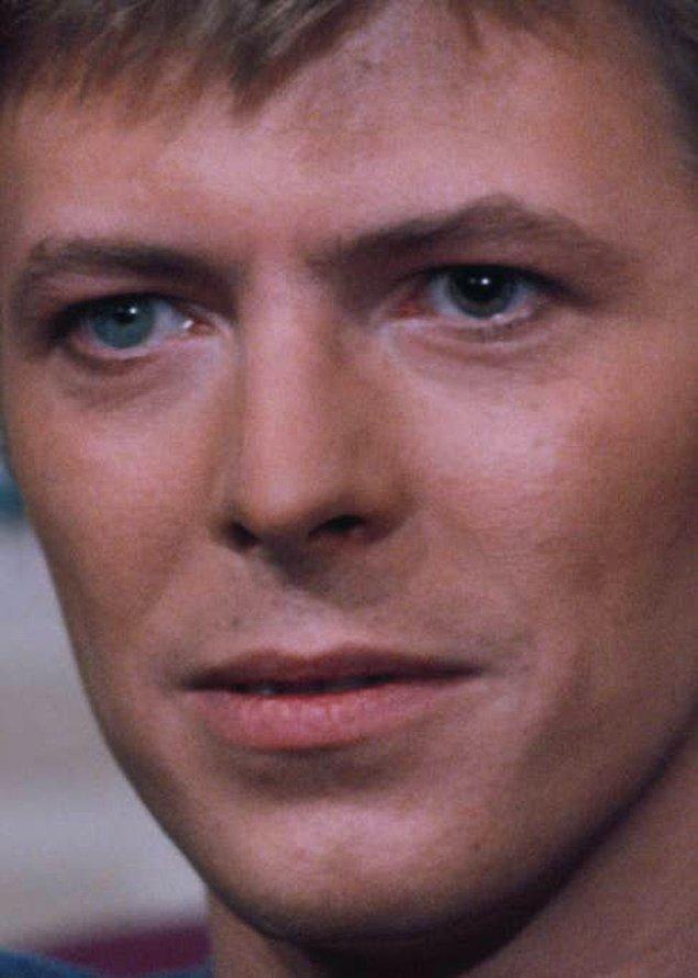 15. David Bowie'nin gözlerinden biri kalıcı olarak büyüktür.