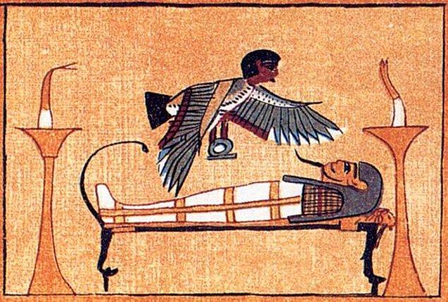 Ama durun, Anubis'e bir yardımcı gerek; koskoca Tanrı kendi mi iş görsün yahu? Gelin bir de Mısırlı hayalet dahil edelim hikayeye.