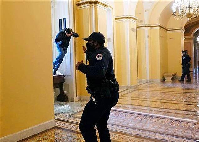 ABD'de göstericilerin barikatları aşarak Kongre binasına girmesi üzerine Kongredeki oturumlara ara verildi ve Mike Pence bina dışına çıkarıldı.