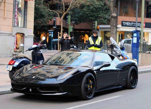 Lüks araba sevdasıyla bilinen Özil, ayrıca İtalya'da 200 bin sterlin değerinde bir Ferrari'de de görülmüştür.