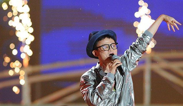 19. Ma, çok uzun zaman boyunca Alibaba'nın şirket kutlama etkinliklerinde kostümler giymiştir ve şarkı söyleyip dans etmiştir.