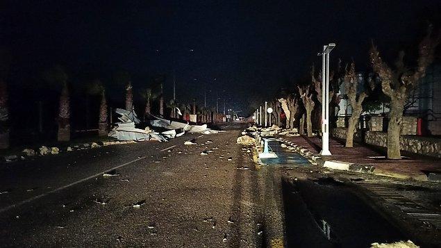 İzmir'de sağanak etkili oluyor. Kentin bazı cadde ve sokaklarında su birikintileri nedeniyle ilerlemekte güçlük çekti.