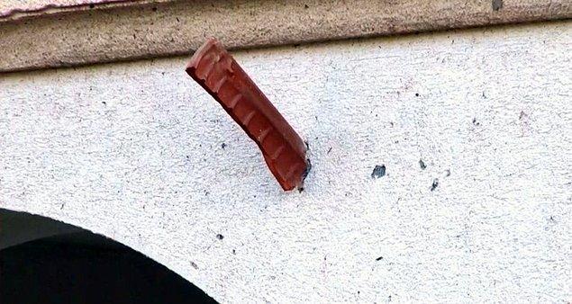 Hortumun etkisiyle çatılardaki kiremitler evlerin duvarlarına saplandı.
