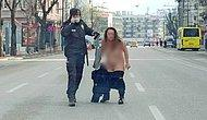 Sokağa Çıkma Kısıtlamasında Sokağa Çıkıp, Soyunup Polis Noktasına Koşarken 'Vazifemi Yaptım Baba' Diyen Kadın