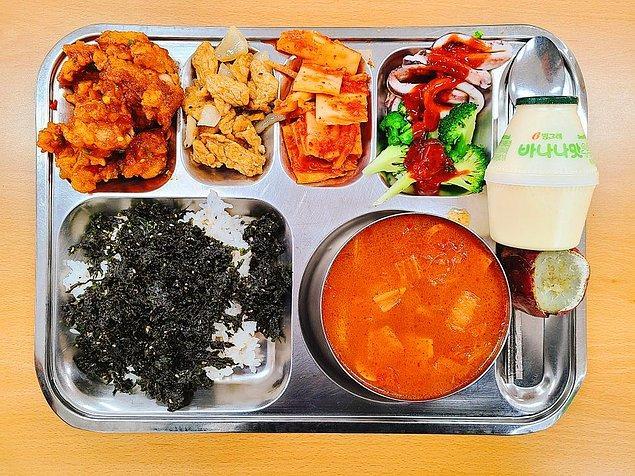 """15. """"Kore'deki okulumun tatlı ve baharatlı kızarmış tavuk, ordu usulü güveç ve çeşitli yan yemeklerden oluşan öğle yemeği"""""""