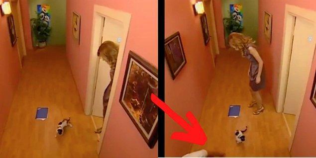 3. Bez Bebek'te bir set çalışanı kediyi odaya sokmak için biraz kadraja girmiş. 😂