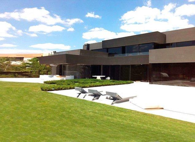 Eden Hazard, Madrid'in saygın semtlerinden biri olan La Finca'daki bu ev için 10 milyon sterlin ödedi.