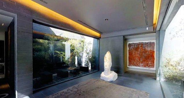 Evin bazı duvarları, ışığın içeri girmesini engellerken, aynı zamanda bu duvarlar etkileyici bir kontrast veren dev kristallerden yapılmış.