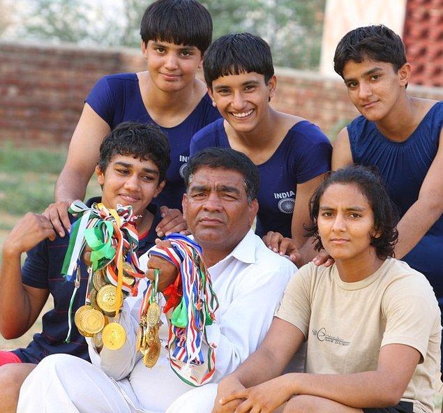 Mahavir, kızlarının sürekli kavga edip, erkekleri dövdüğünü görünce onları birer güreşçi olarak yetiştirmeye karar verir.