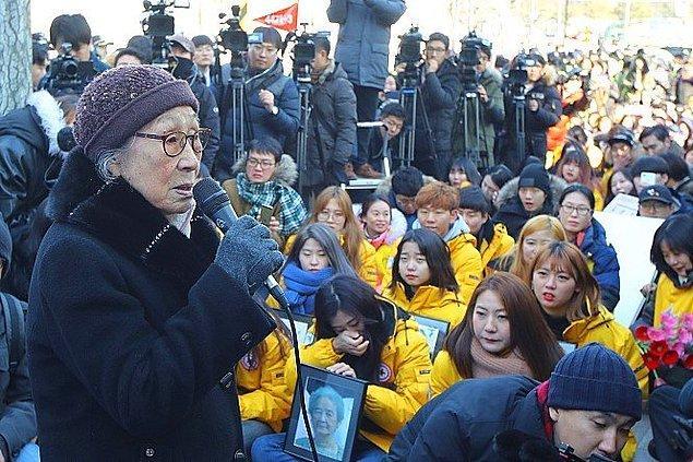 Güney Kore'nin Seoul şehrinden olan Kim Bok-Dong ikinci dünya savaşı sırasında Japon ordusu için eski cinsel köle ve onun gibi binlerce kadının katlandığı acılara uluslararası dikkatin çekilmesini sağlayan çok önemli bir şahsiyetti. Kendisi 92 yaşındayken vefat etti.