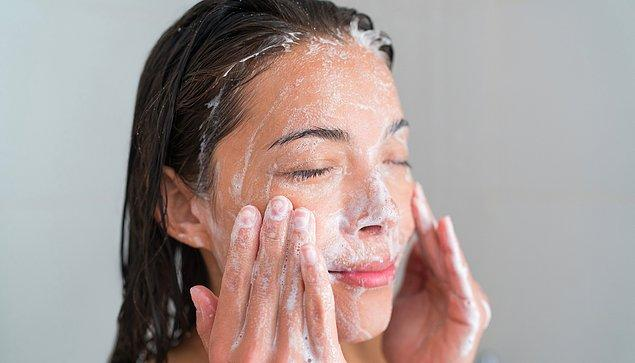 3. Micellar su ile makyajınızı temizledikten sonra, cilt yapınıza uygun bir temizleme jeli ile cildinizi yıkayabilirsiniz.
