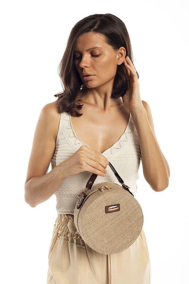 8. Bu hasır çanta yaz mevsiminde elbiselerin üzerinde harika duracak.